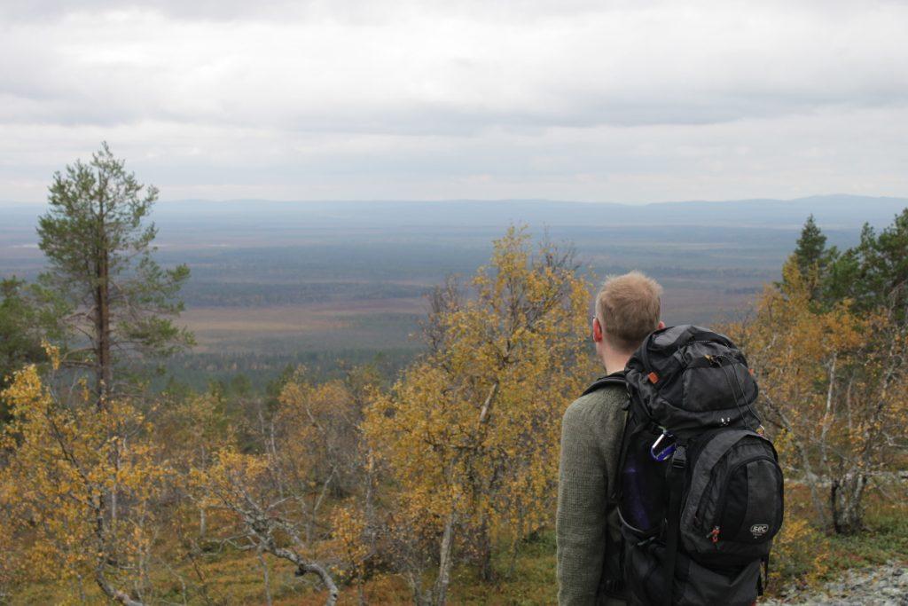 Huipulle, josta kansikuvan mökin löytää oli n. 2,5km. Mökki on entinen palovartijan tupa, johon aika on jättänyt mukavaa patinaa. Mahtavat maisemat.